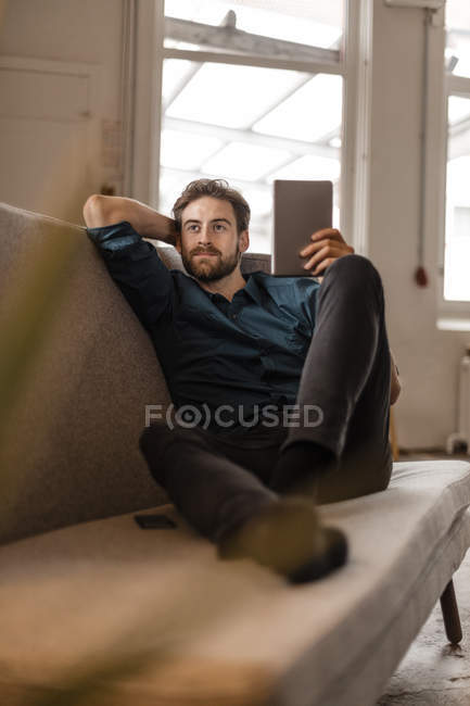 Freelancer auf Couch mit tablet — Stockfoto