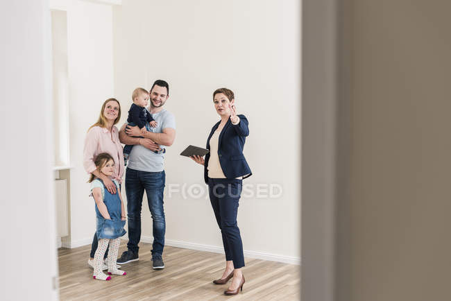 Real estate agent showing apartments to family — Stock Photo