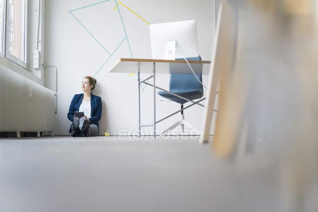 Geschäftsfrau sitzt auf dem Boden — Stockfoto