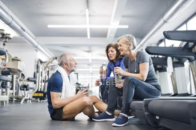 S'adapter aux aînés au repos dans une salle de sport — Photo de stock