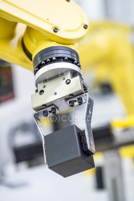 Détail du robot industriel transportant cube — Photo de stock