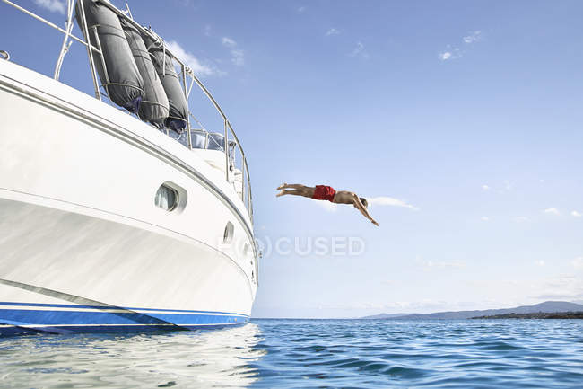 Man jumping into sea — Stock Photo
