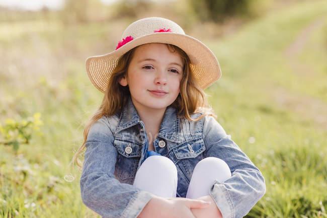 Mädchen mit Strohhut — Stockfoto