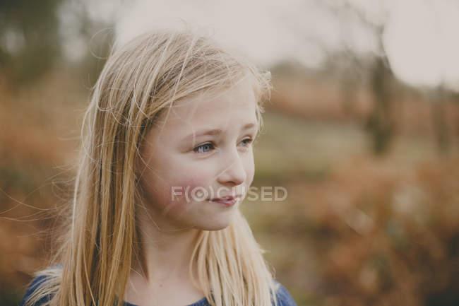 Menina loira olhando para o lado — Fotografia de Stock