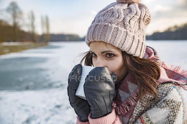 Donna che beve bevanda calda — Foto stock