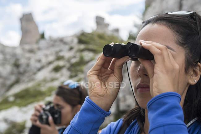 Woman watching binoculars — Stock Photo