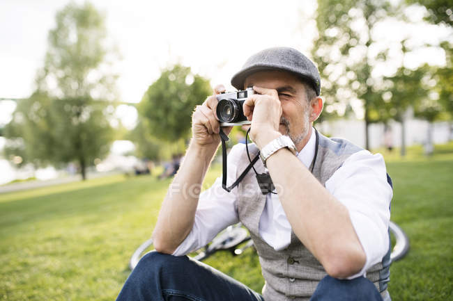 Empresário tirar foto com câmera retro — Fotografia de Stock