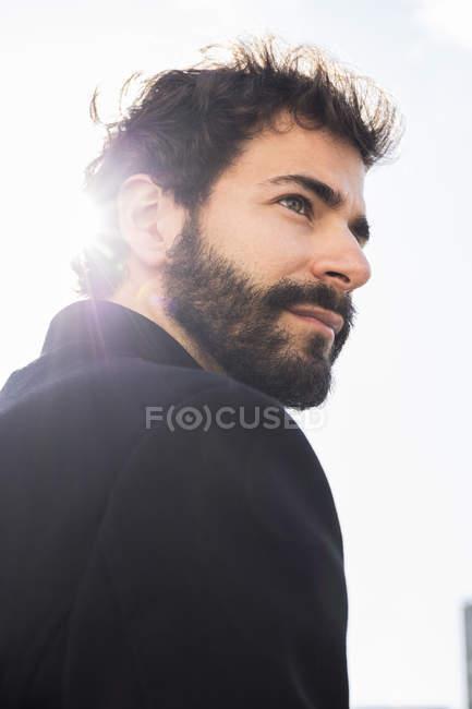 Retrato de un hombre guapo con barba y mustache. - foto de stock