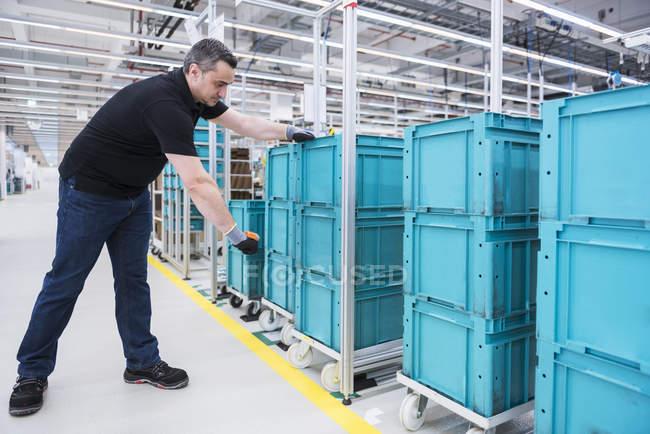 Cajas de escaneo hombre - foto de stock