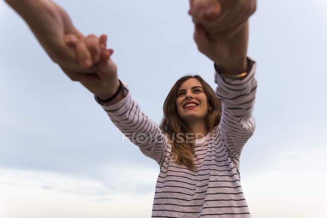 Друзі, тримаючись за руки — стокове фото