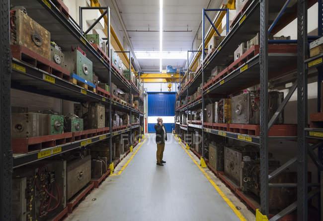 Бизнесмен разговаривает по телефону на заводе — стоковое фото