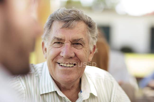 Lächelnder Senior bei Gartenparty — Stockfoto