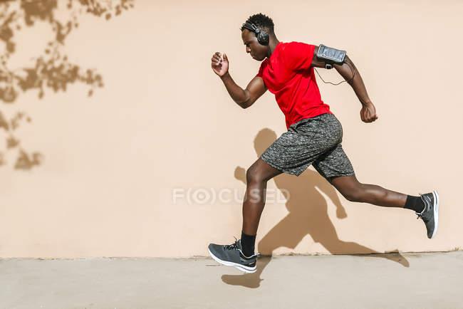 Running man listening music — Stock Photo