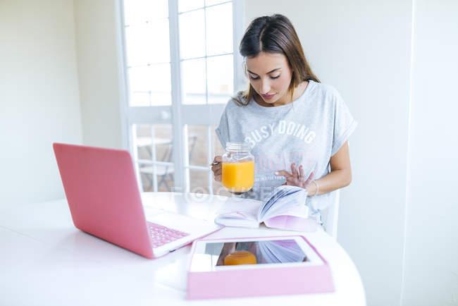 Женщина, работающая дома с ноутбуком — стоковое фото