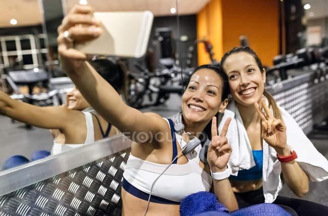 Женщины делают селфи после тренировки — стоковое фото