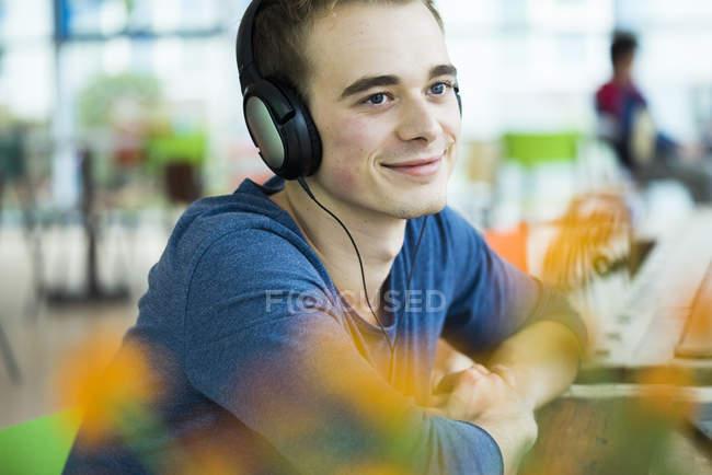 Hombre escuchando música con auriculares - foto de stock
