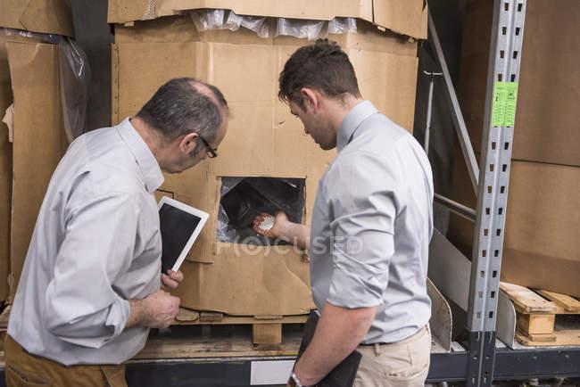 Мужчины, изучающие продукт — стоковое фото