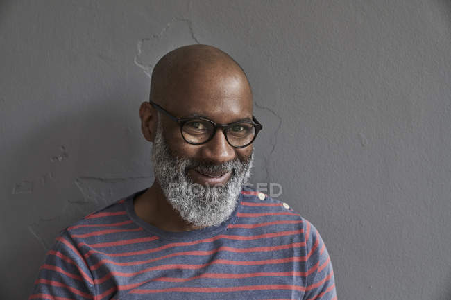 Man smiling at camera — Stock Photo