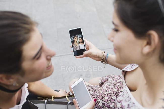 Mulheres olhando fotos no celular — Fotografia de Stock
