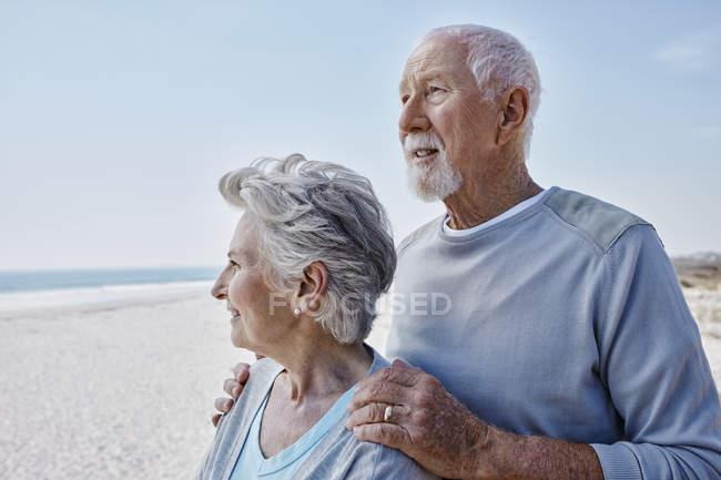 Retrato de casal sênior na praia — Fotografia de Stock