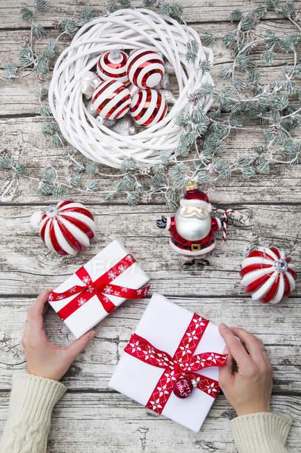 Hände, die Weihnachtsgeschenke halten — Stockfoto