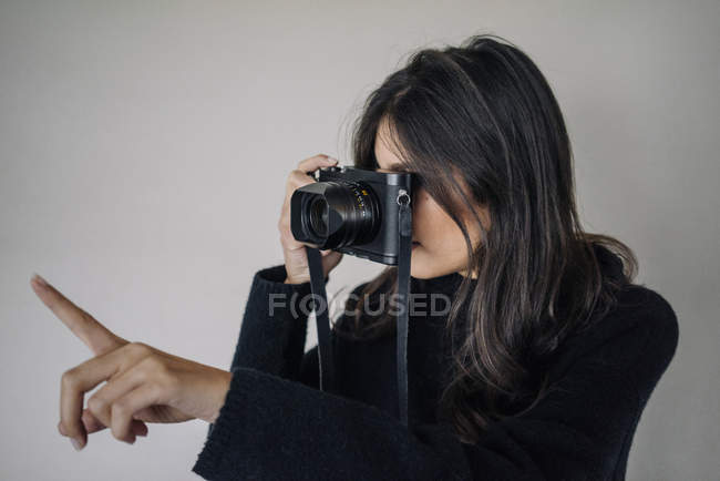 Woman taking a picture with retro camera — Stock Photo