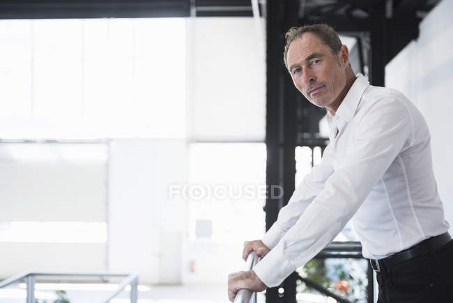 Zuversichtlich Mann in Fabrik — Stockfoto
