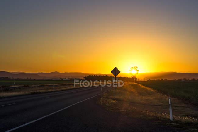 Paysage près de Mackay, route au coucher du soleil — Photo de stock