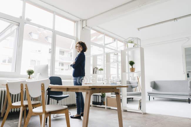 Geschäftsfrau, stehend im Büro — Stockfoto