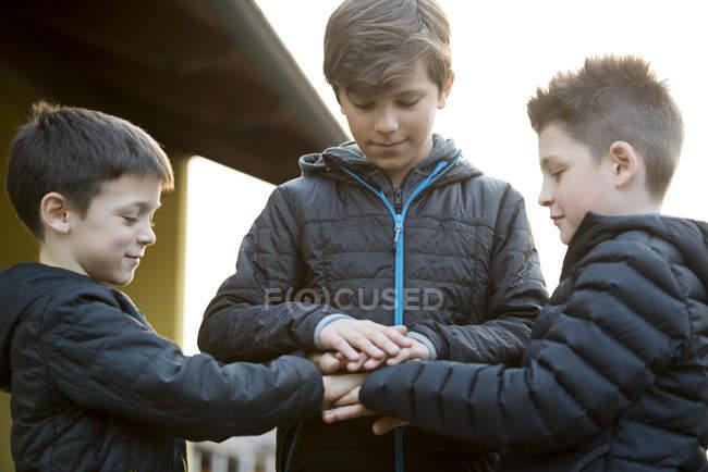 Freunde verbinden Hände — Stockfoto