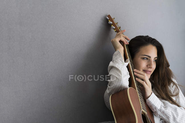 Young woman with guitar — Stock Photo