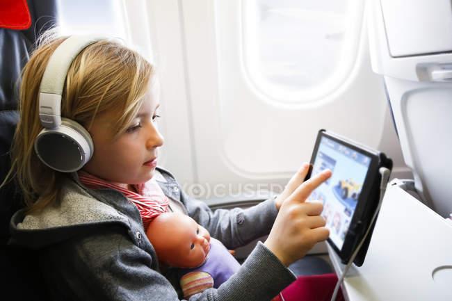 Chica con tableta digital - foto de stock
