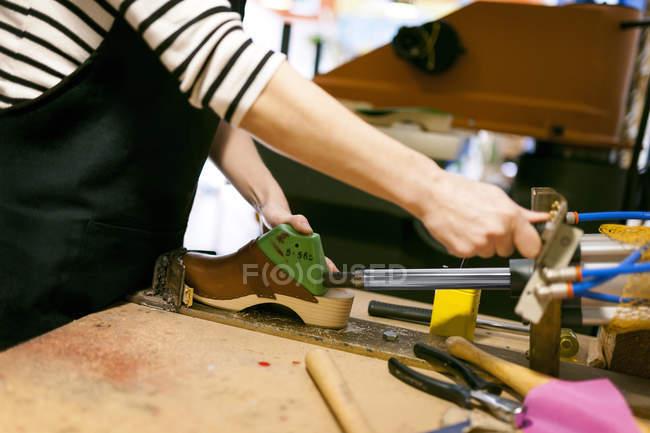 Клоггер, работающий в мастерской — стоковое фото
