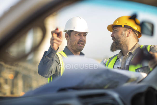 Trabajadores de canteras revisando plan de sitio - foto de stock