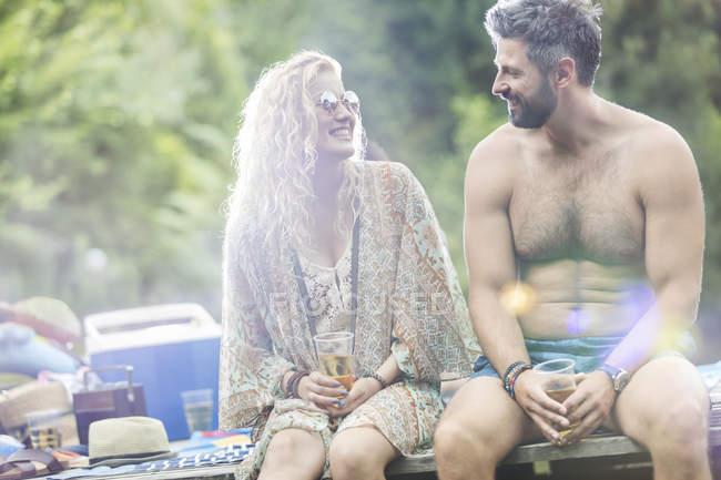 Пара, расслабляющий на причал — стоковое фото