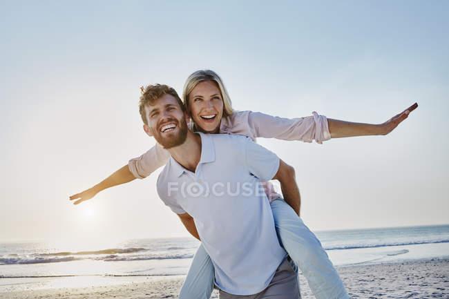 Счастливая пара на пляже — стоковое фото