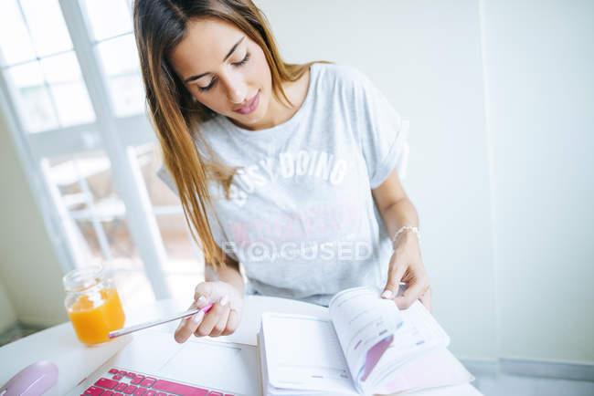 Женщина в офисе смотрит на повестку дня — стоковое фото
