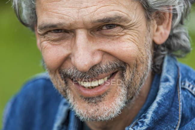 Hombre con pelo gris y barba - foto de stock