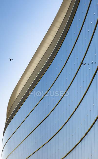 Часть стеклянного фасада здания банка — стоковое фото