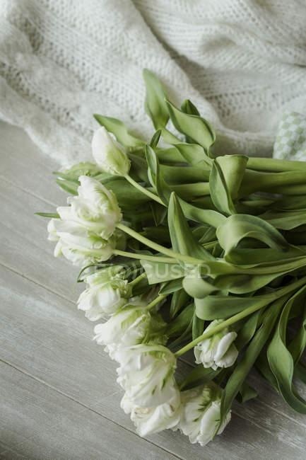 Tulipes blanches sur table en bois — Photo de stock