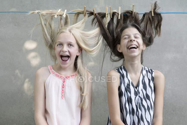 Девушки сушат волосы на бельевой веревке — стоковое фото