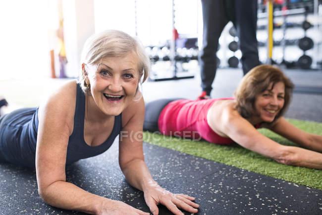 Femmes s'amusant dans la salle de gym — Photo de stock