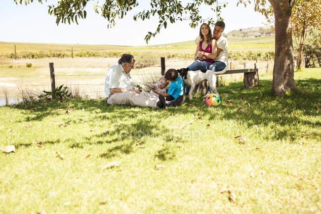 Família estendida, relaxando no Prado — Fotografia de Stock