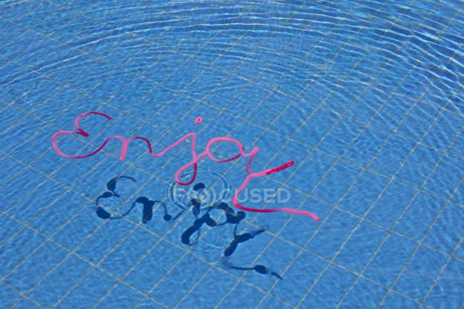 Desfrute de palavra na superfície da água — Fotografia de Stock