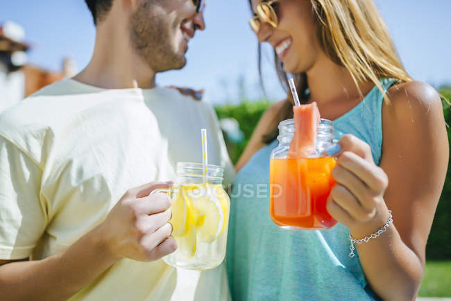 Couple holding refreshing drinks — Stock Photo
