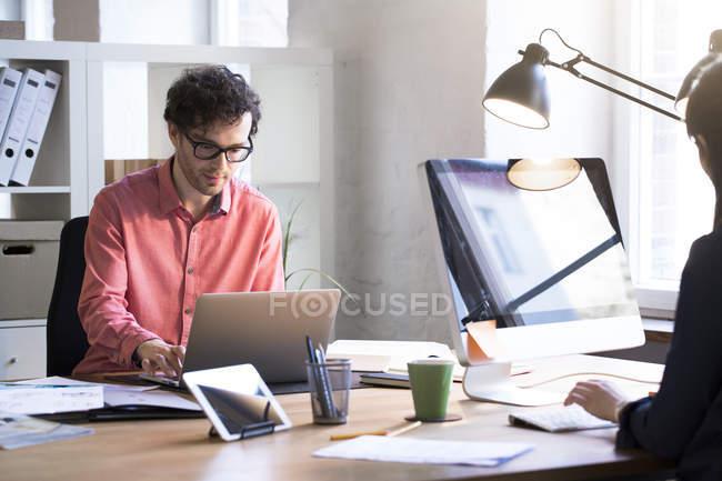 Homem trabalhando no escritório — Fotografia de Stock