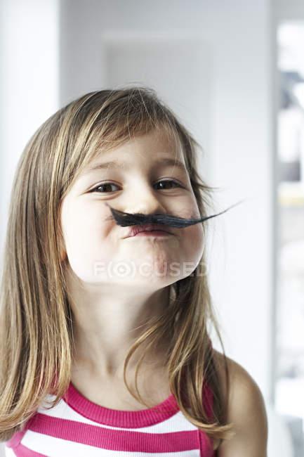 Petite fille avec moustache — Photo de stock
