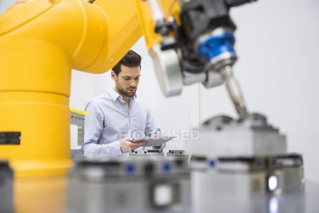 Homme d'affaires contrôle production automatisée — Photo de stock
