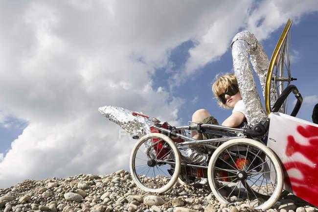 Мальчик сидит в себя сделал ракета — стоковое фото