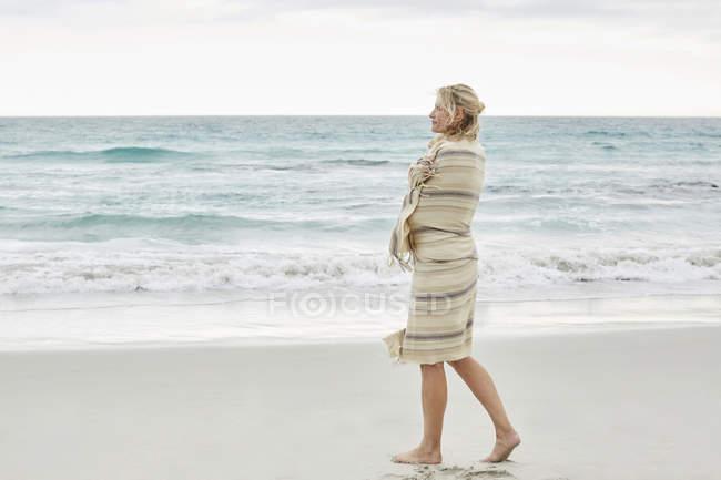 Frau genießt Meerblick — Stockfoto
